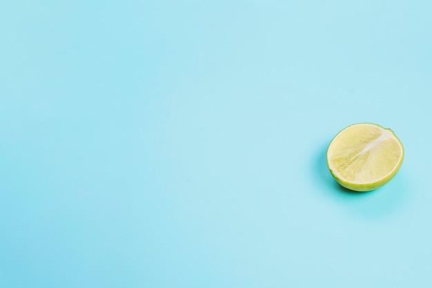 Surface bleue à demi citron