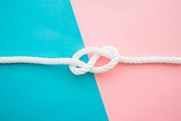 Surface bleue et rose avec nœud nautique