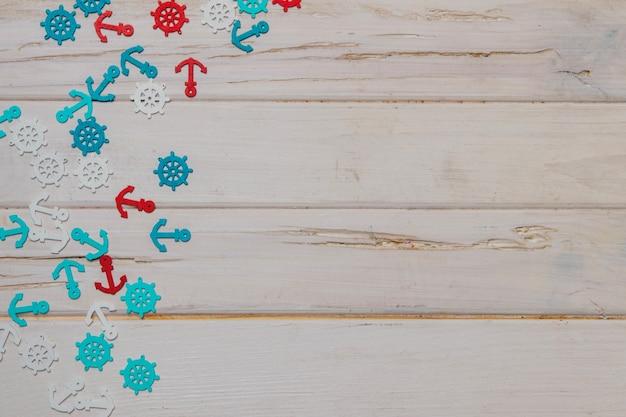 Surface en bois blanc avec des articles d'été colorés