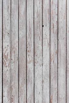 Une surface en bois blanc