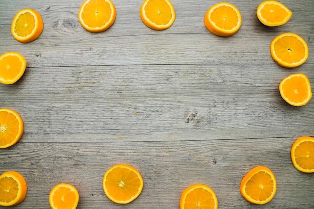 Surface en bois avec cadre en raies d'orange