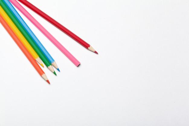 Surface en bois crayons colorés ordinaires isolés sur un blanc