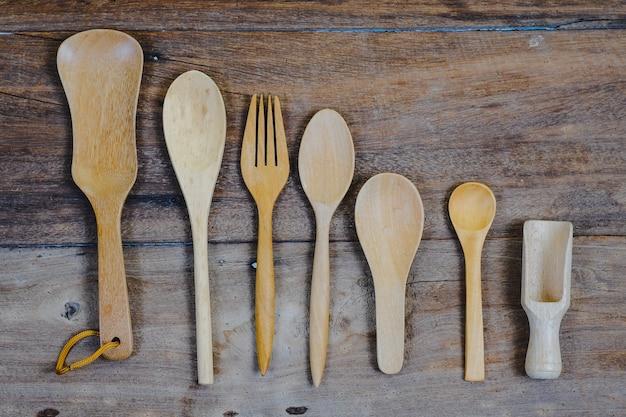 Surface en bois et une cuillère en bois et une fourchette sur la table en bois.