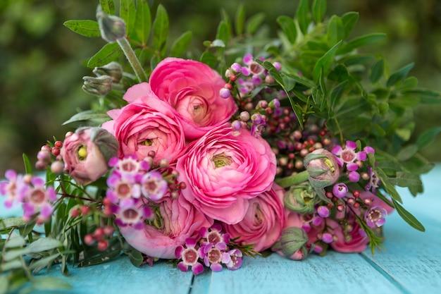 Surface en bois avec des fleurs roses