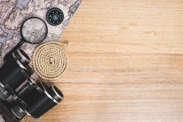 Surface en bois avec des objets de voyage et de l'espace pour les messages