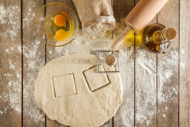 Surface en bois avec de la pâte et d'autres éléments