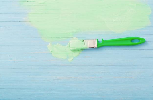 Surface en bois peinte en bleu et vert