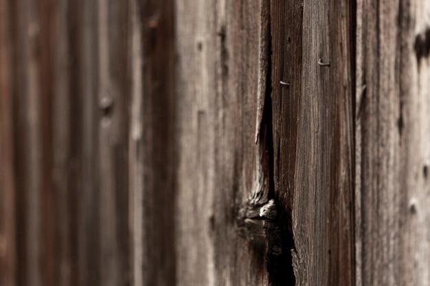 Surface en bois vieilli avec noeud et clous
