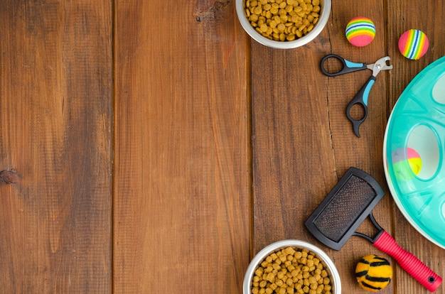 Surface de bols avec de la nourriture, des jouets et des articles de soins pour animaux de compagnie, vue de dessus