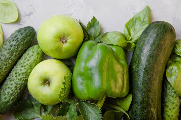 Surface de concept de nourriture végétarienne saine, sélection d'aliments verts frais pour le régime de désintoxication, chou-fleur cru, pomme, concombre, feijoa, épinards,