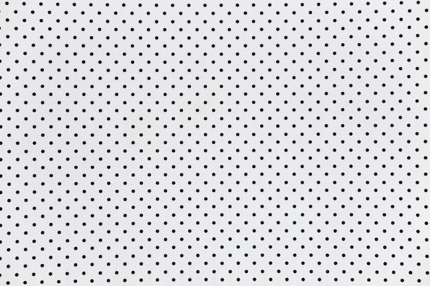 La surface du mur blanc a un trou.