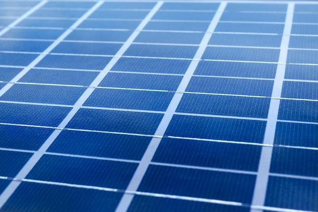Surface Du Panneau Solaire, Gros Plan. Modules De Cellules Photovoltaïques. Concept D'énergie Propre Et Renouvelable. Photo Avec Flou Artistique Sélectif Photo Premium