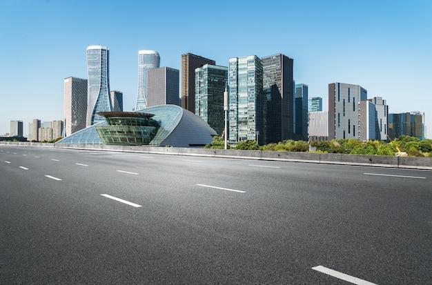 Surface du sol de la route vide avec des bâtiments emblématiques de la ville moderne en chine