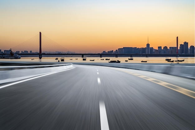 Surface du sol de la route vide avec des bâtiments emblématiques de la ville moderne