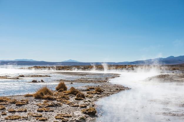 Surface ensoleillée recouverte de vapeur et de geysers en bolivie