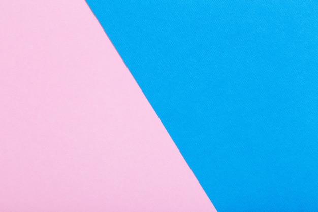 Surface de feuilles de papier roses et bleues