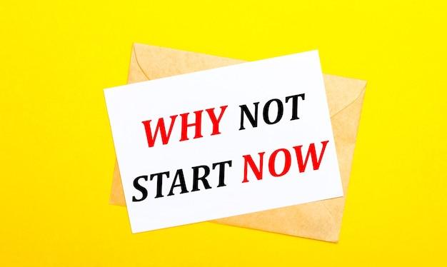 Sur une surface jaune, une enveloppe et une carte avec le texte pourquoi ne pas commencer maintenant. vue d'en-haut