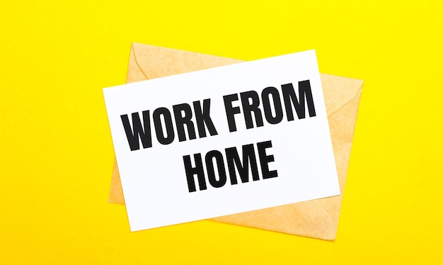Sur une surface jaune, une enveloppe et une carte avec le texte work from home