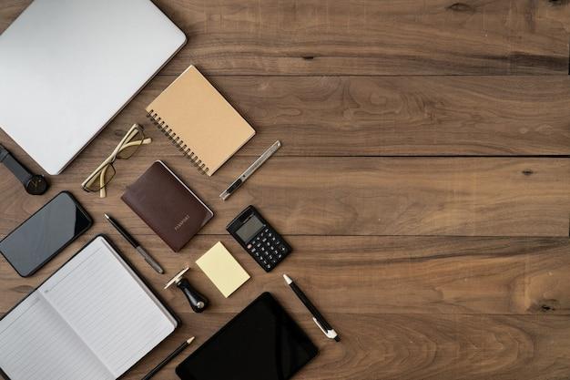 Surface de la liste des objets accessoires entreprise plat poser sur une table en bois
