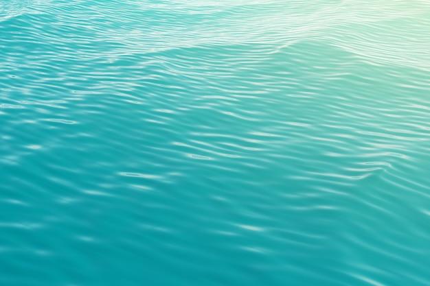 La surface de la mer, vue sur l'océan depuis le sommet avec des vagues.