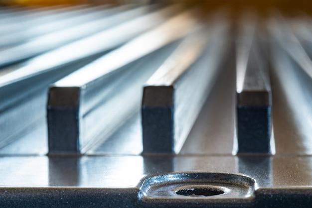 Surface métallique cannelée avec trou de boulon