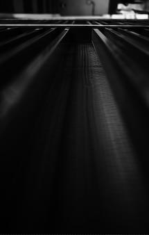 Surface métallique noire et blanche en arrière-plan de perspective