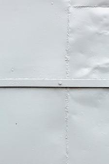 Surface métallique peinte avec rivet et soudure