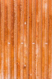 Surface métallique revêtue de rouille avec des lignes