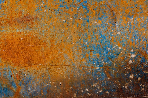 Surface métallique rouillée recouverte de peinture fissurée