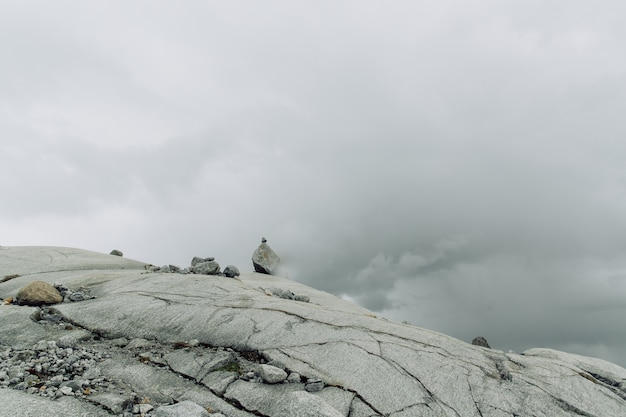 Surface de la montagne rocheuse avec les pierres dans le brouillard