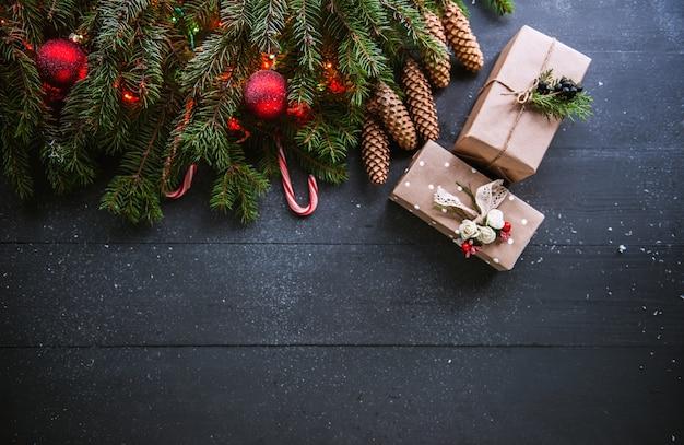 Surface de noël avec des décorations et des coffrets cadeaux sur planche de bois