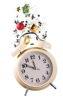 Surface de noël ou du nouvel an avec réveil rétro et décorations de noël