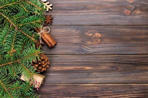 Surface de noël avec sapin et coffret cadeau sur fond de table en bois