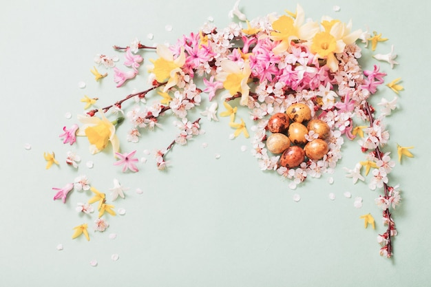 Surface de pâques avec des oeufs et des fleurs