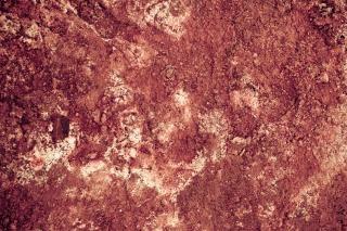 Surface rouge de la boue géothermique