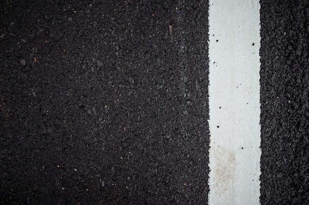 Surface de la route asphaltée avec ligne blanche
