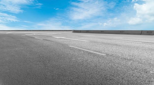 Surface de la route et paysage de nuages du ciel