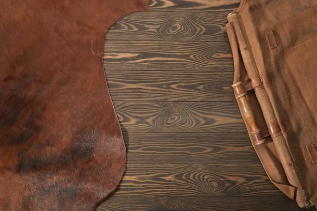 Surface rustique avec peau d'animal marron, tissu et bois