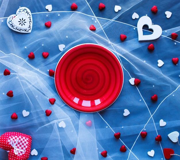 Surface de la saint-valentin, avec des coeurs et divers éléments romantiques