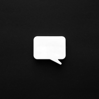 Surface sombre avec bulle de discussion