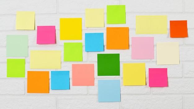Surface de stichers à épingles multicolores
