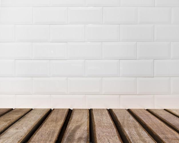 Surface de la table donnant sur un mur de briques blanches