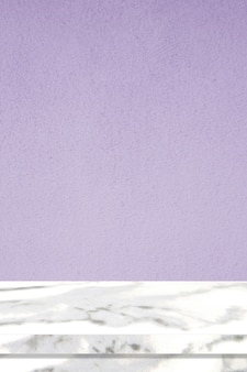 Surface de table en marbre vertical et mur de ciment violet