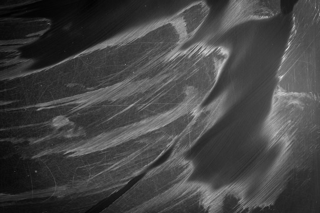 Surface de tableau noir avec rayures et traces de craie mouillée