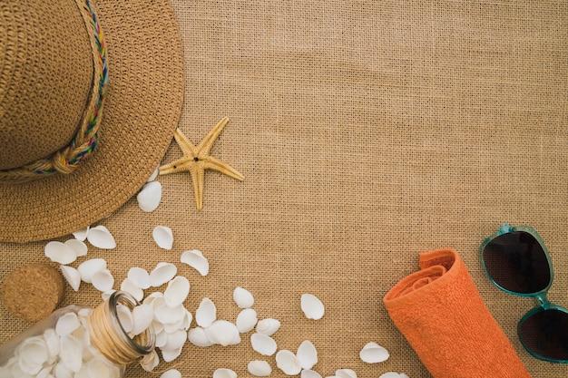 Surface de toile avec coquillages et éléments d'été