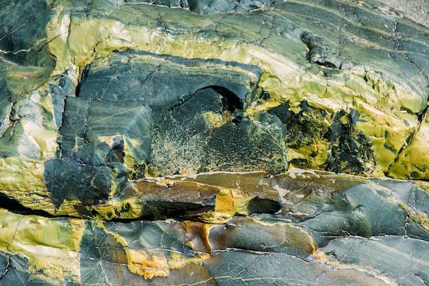 La surface d'un vieux rocher avec des fissures
