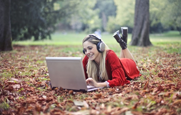 Surfer sur internet en automne