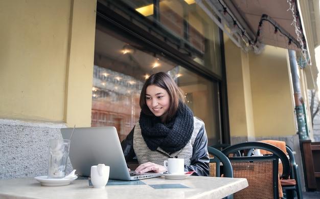 Surfer sur internet dans un café