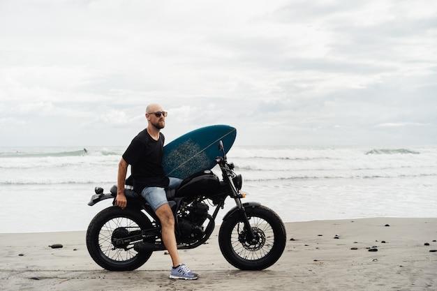 Surfer sur une moto avec une planche de surf