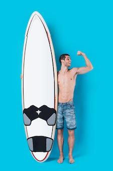 Surfeur attrayant tenant une planche de surf